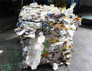 再生紙工場へはこの状態で送られる。
